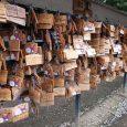 Geluksberichtjes bij een Japanse tempel