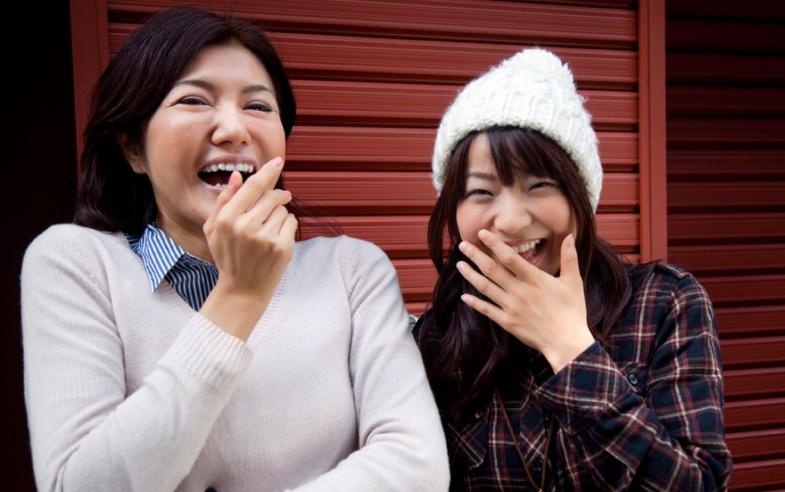 Japanners bedekken mond tijdens het lachen