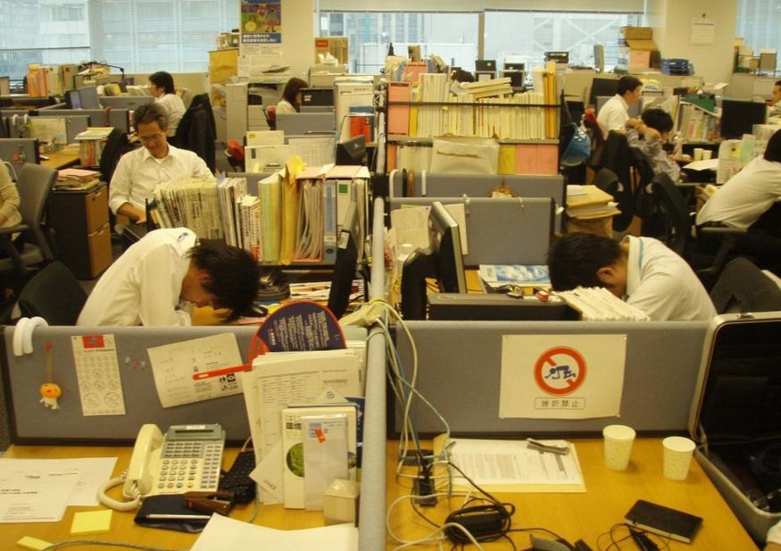Slapen op werk in Japan