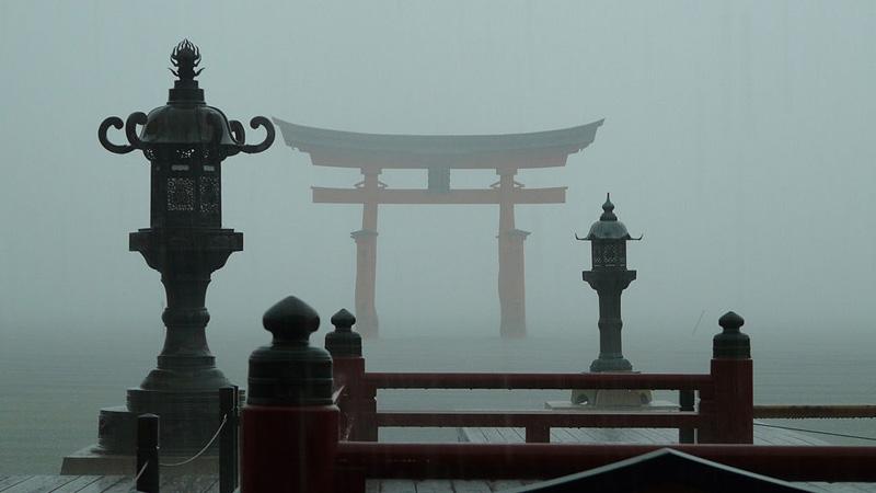 Miyajima Torii bij mist