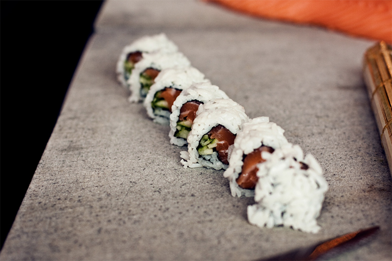 Sushi snijden in stukken