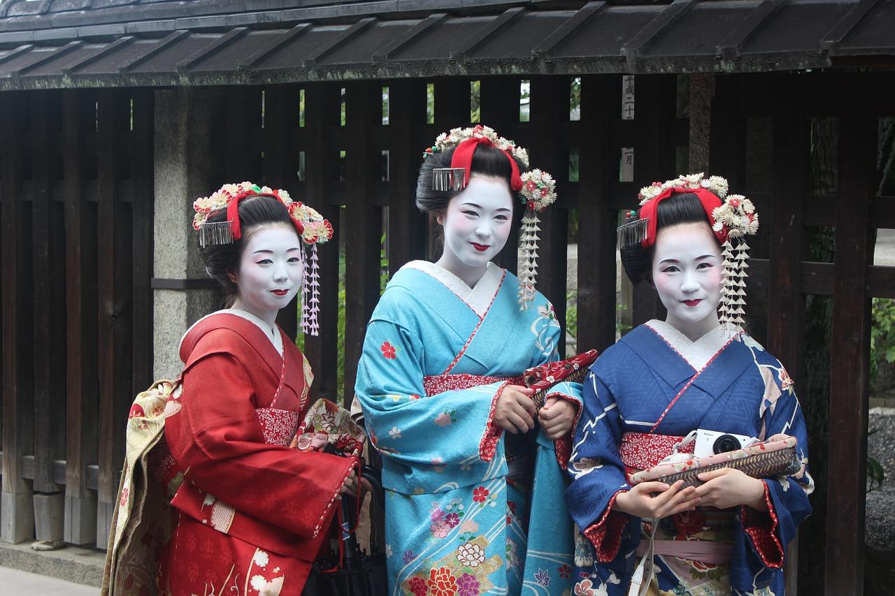 Geisha met kimono's aan