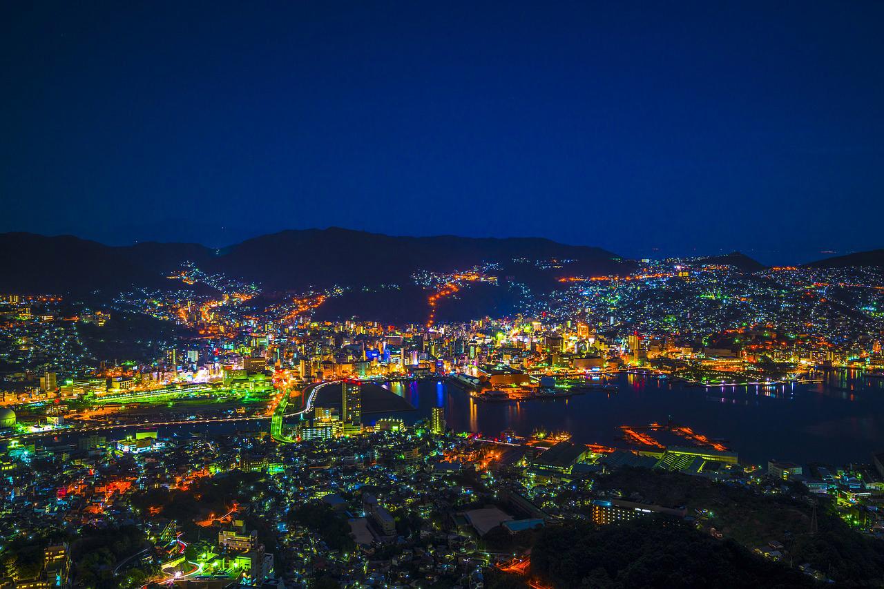 Skyline Nagasaki in de nacht