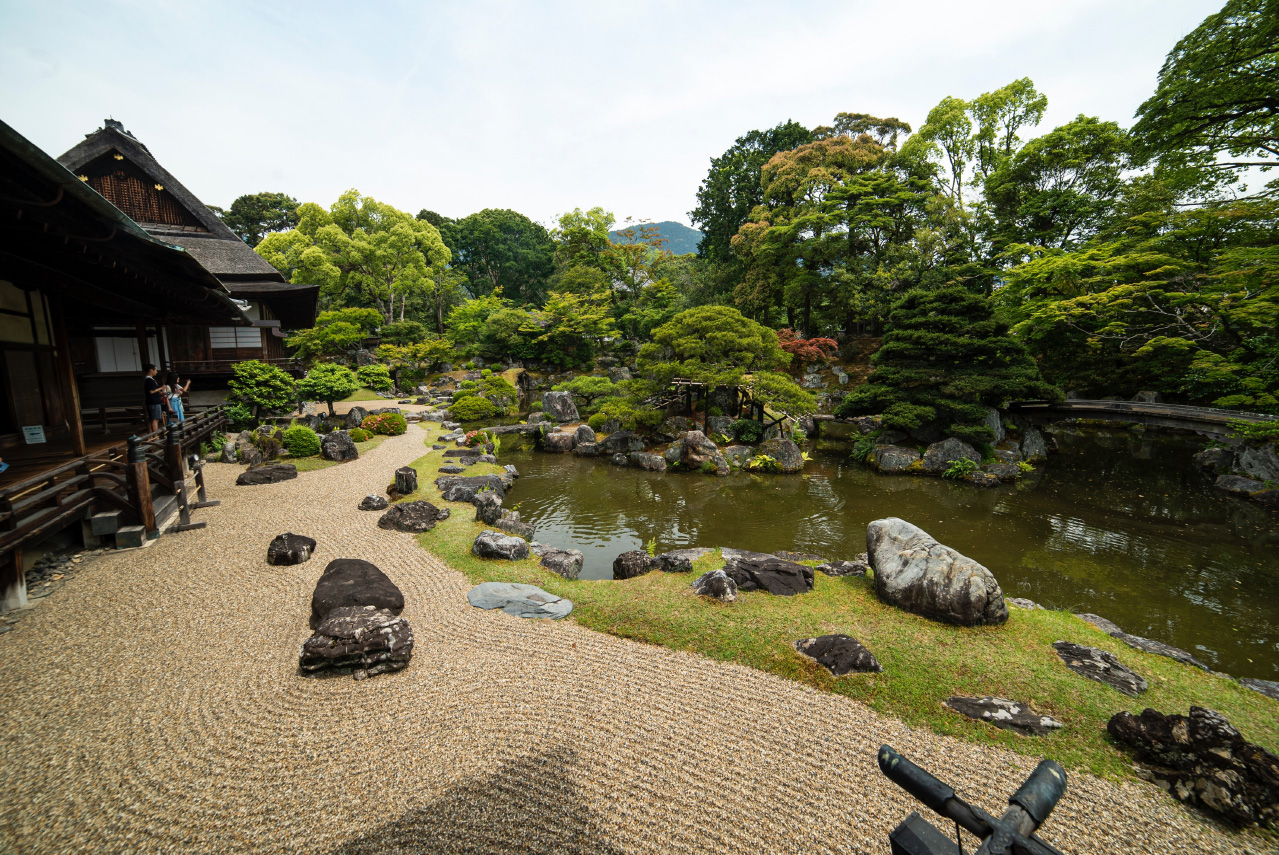 Ginkaku-ji zandtuin met Hondo gebouw