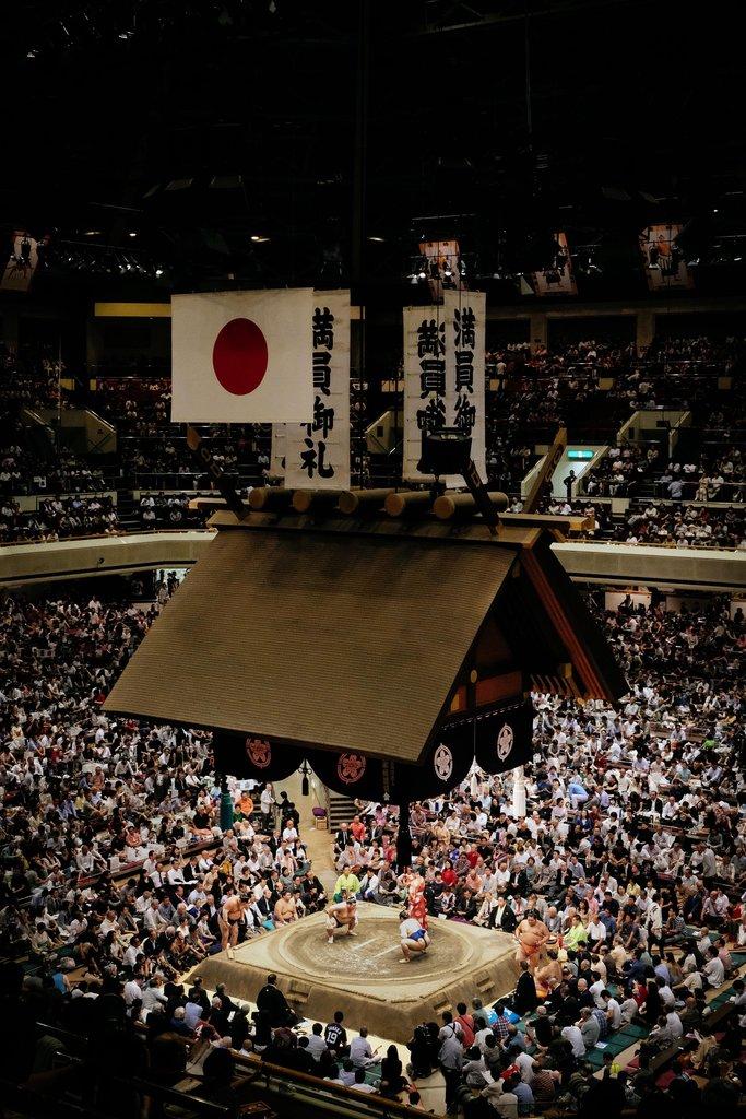 Sumo wedstrijd in Kokugikan Stadion in Ryogoku, Tokyo