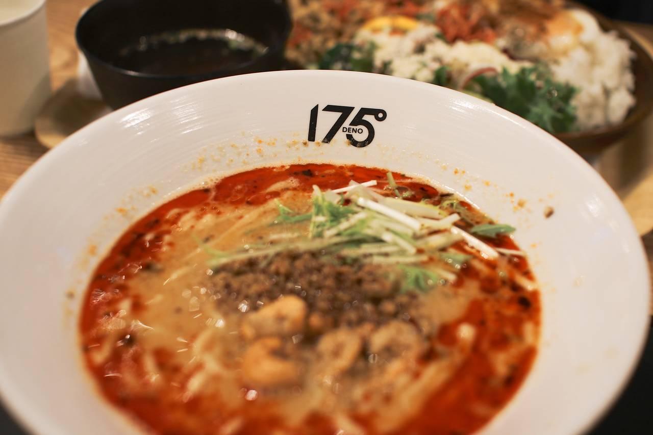 Noedels slurpen bij noedelrestaurant 175 Deno in Nishi-Shinjuku