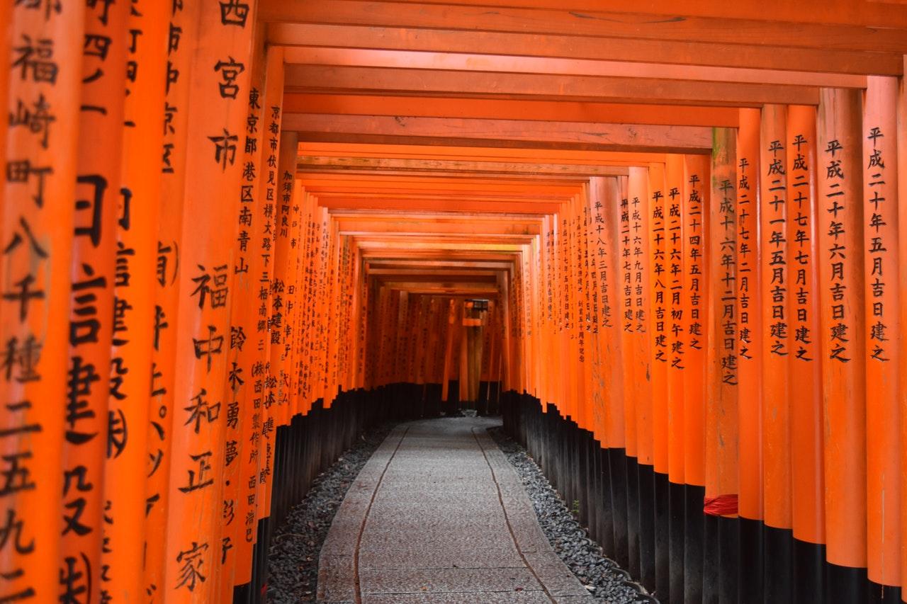 De duizenden torii van de Fushimi Inari tempel