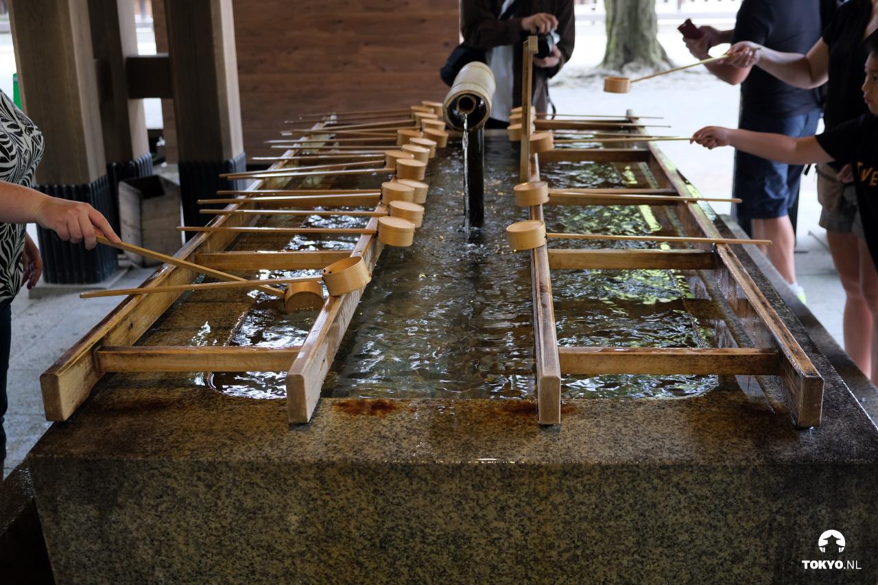 Handen reinigen in de Meiji schrijn