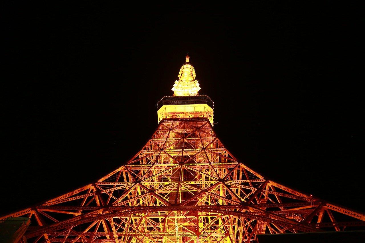 Tokyo Tower verlicht in de nacht