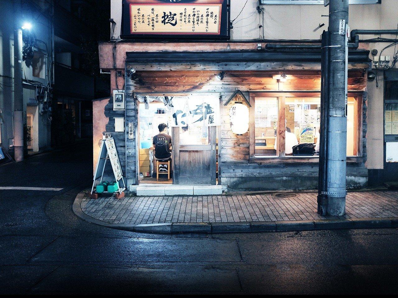 Izakaya gastropub langs de straat in Toyko