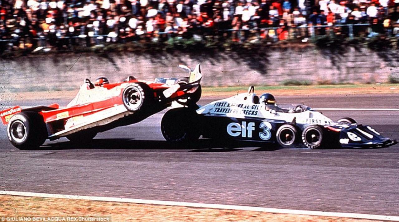 Gilles Villeneuve en Ronnie Peterson's Tyrrell botsen met elkaar in 1977
