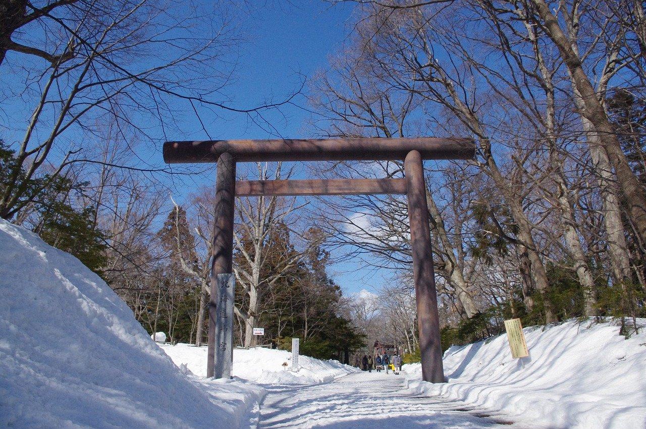 Torii in de winter in Sapporo